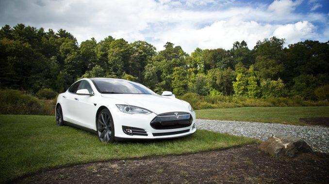 Tesla se rozjíždí ve velkém. Příští rok budou její auta jezdit sama